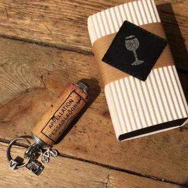 Porte clés personnalisé avec breloques à thème 8€, boîte 3€, frais d'envoi 4€