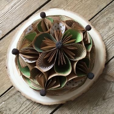 Du bois au papier à la fleur - Composition toute ronde sur un rondin de bois