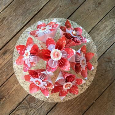 Liberty corail - Bouquet sur collerette en sisal monté sur un pot blanc